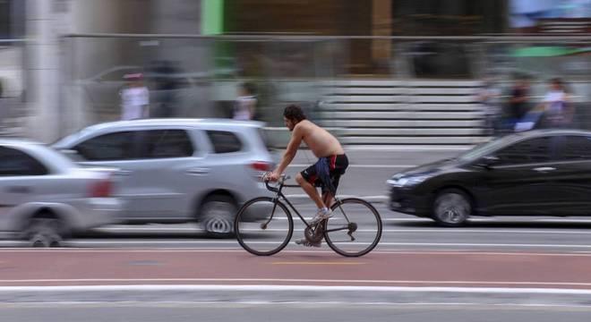 Ciclista chegou a ser socorrido, mas não resistiu e morreu no local