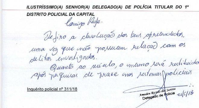 Bilhete escrito pelo delegado liberou veículo para advogado de acusado de tráfico