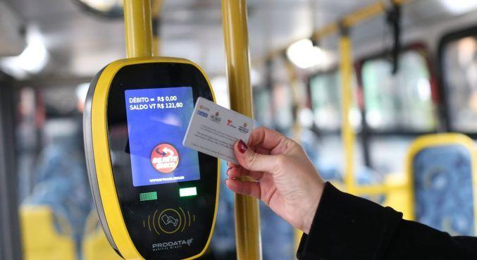 Passageira usa bilhete único em ônibus