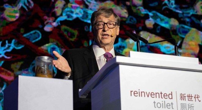 Bill Gates usou um béquer cheio de fezes para chamar atenção para bactérias e doenças relacionadas ao saneamento