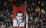 REINO UNIDO-LIGA INGLESA:LIV392. LIVERPOOL (REINO UNIDO), 19/04/2010.- Fanáticos del Liverpool con una imagen del mayor director técnico del club, Bill Shankly, asisten al juego hoy, lunes 19 de abril de 2010, ante West Ham por la Liga Inglesa en el estadio Anfield de Liverpool (Reino Unido). Los locales vencieron 3-0. EFE/ Lawrence Looi/PROHIBIDO SU USO EN LÍNEA O INTERNET SIN LICENCIA DE FOOTBALL DATA CO. LTD[PROHIBIDO SU USO EN LÍNEA O INTERNET SIN LICENCIA DE FOOTBALL DATA CO. LTD]