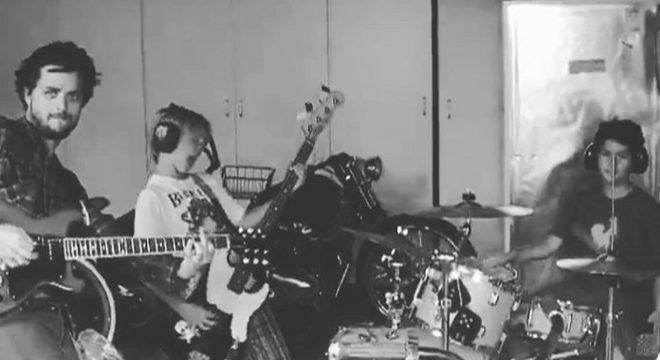 Paizão: Billie Joe (Green Day) publica vídeo tocando com o filho e colega de banda
