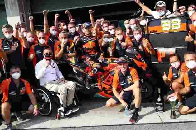 Binder comemora vitória com a equipe