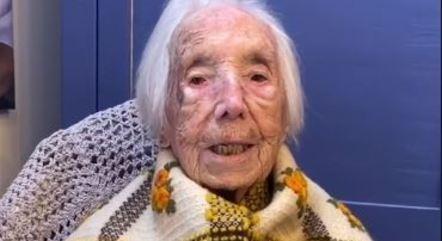 Idosa celebrou o seu 110º aniversário cantando, como sempre gostou de fazer
