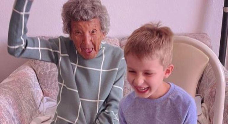 A animada bisavó roubou a cena participando de aula online com seu bisneto