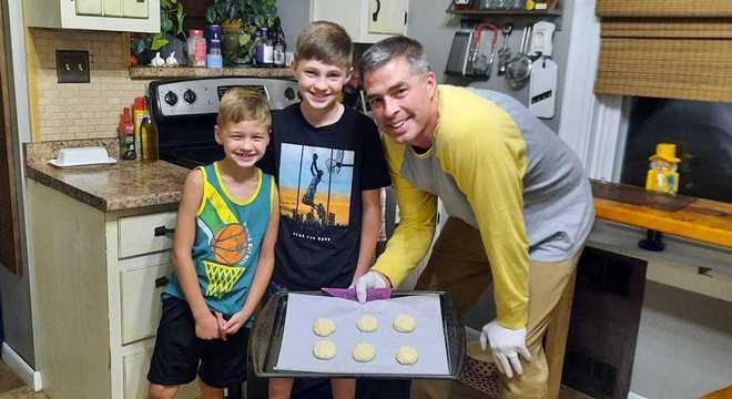 Ação solidária serve biscoitos para agradecer trabalhadores  essenciais