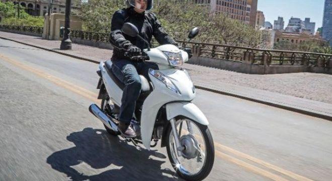 Honda Biz 110 tem freios a tambor enquanto versão mais cara e potente, 125, tem freio a disco