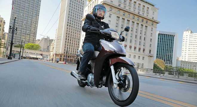 Honda Biz em imagem de divulgação: freios combinados são itens de série na motocicleta