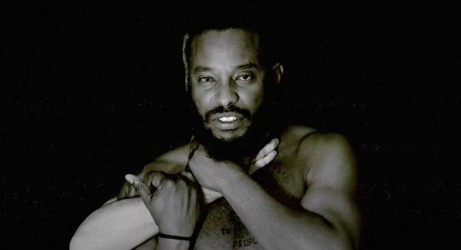Uma das cenas impactantes do clipe 'I Can't Breathe', do Black Pantera