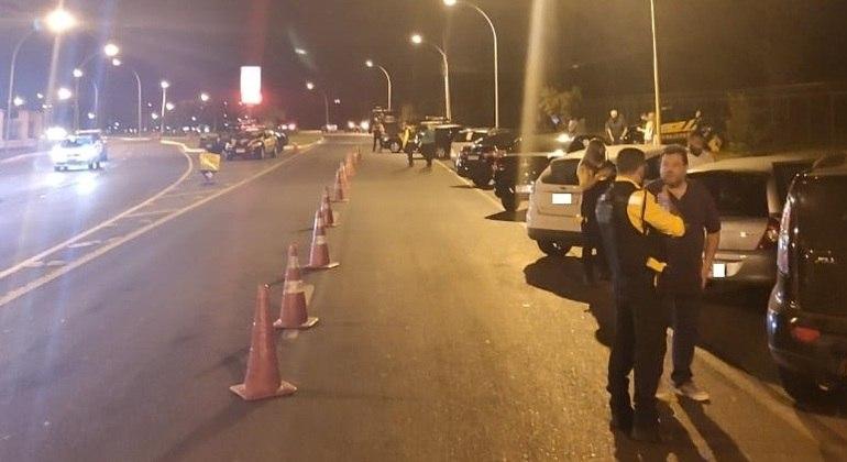 Fiscalização do Detran em Brasília para verificar casos de álcool ao volante