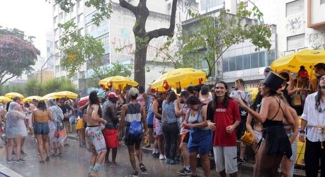 Foliões enfrentam chuva no começo do bloco do Baixo Augusta