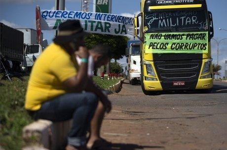 Na greve dos caminhoneiros, eram comuns as faixas pedindo intervenção militar