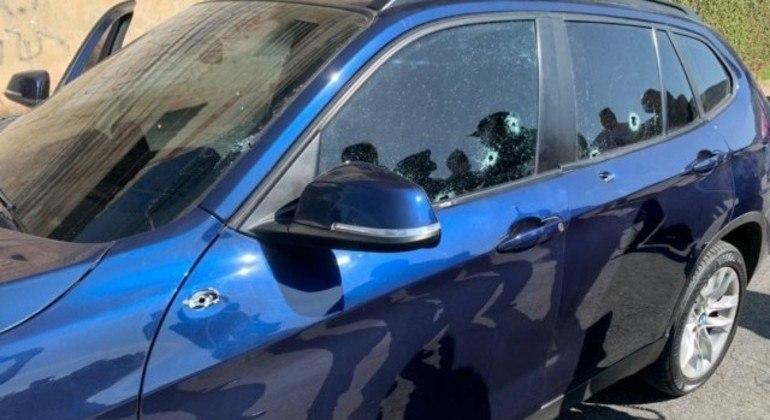 BMW  azul do subsecretário que foi atiginda por nove disparos