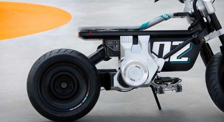 Motocicleta tem rodas de 15 polegadas