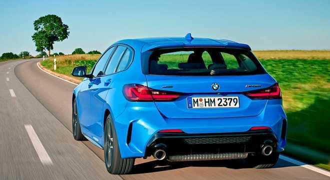 Traseira do hot hatch tem spoiler destacado e a mesma identidade de outros modelos BMW