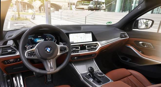 Interior segue o estilo do BMW M Sport com detalhes de perfil esportivo