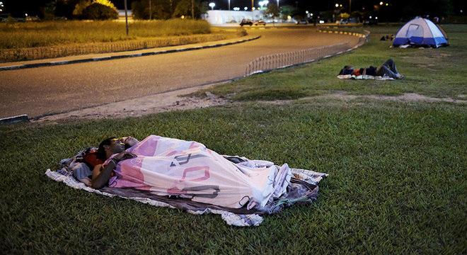 Venezuelanos dormem em frente a terminal de ônibus de Boa Vista