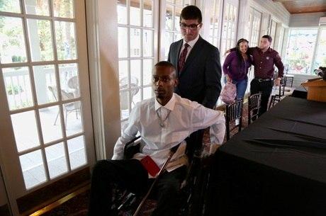 Keinon Carter, ferido no ataque, usa cadeira de rodas