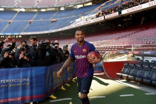 Boateng é apresentado no Barcelona   Achei que era um sonho  - Lance - R7  Futebol 79a41622652d8