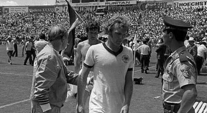 Bobby Moore com a camisa da Alemanha depois da derrota em 62