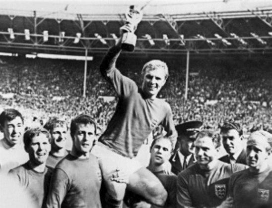 BOBBY MOORE- Capitão da Inglaterra na Copa do Mundo de 1966 e citado por Pelé como o melhor zagueiro que já enfrentou, ele era impecável na zaga e se destacou pelo West Ham