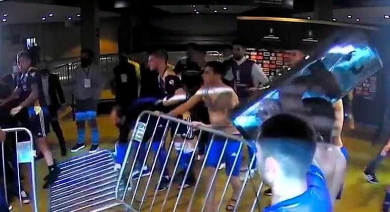 Jogadores do Boca Juniors revoltados. Tentaram invadir o vestiário do Atlético Mineiro