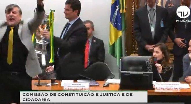 Boca Aberta entrega troféu a Moro