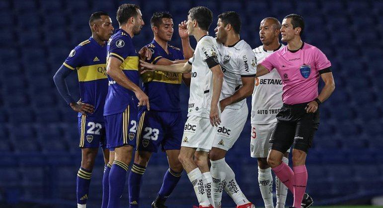 Boca e Atlético fizeram uma partida muito tensa em Buenos Aires. Juiz foi suspenso