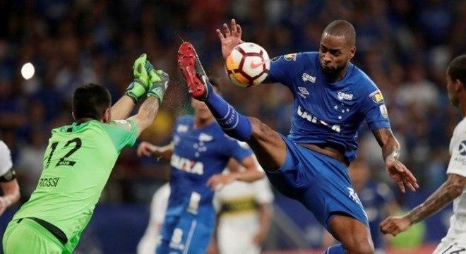 A entrada de Dedé em Rossi anulou o gol de Barcos