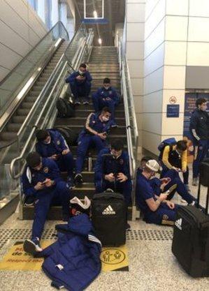 Na escada do aeroporto, time do Boca