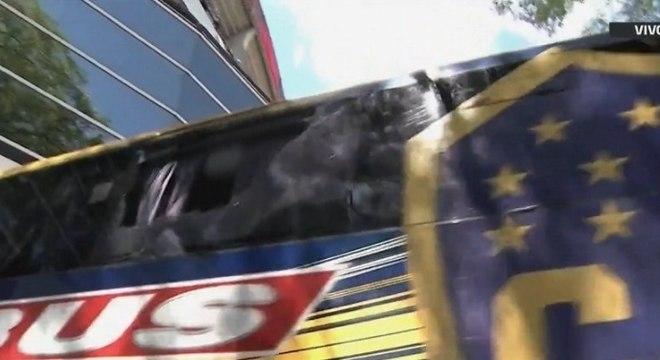 Janela do ônibus com a delegação do Boca teve uma das janelas quebradas