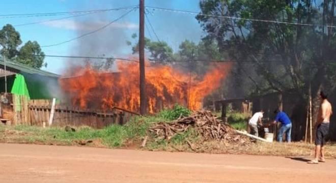 Casa de madeira foi tomada rapidamente pelo fogo
