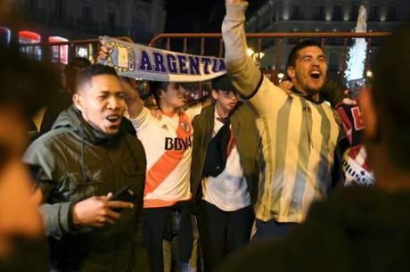 Torcida do River festeja título da Liberta nas ruas de Buenos Aires ... 5b0b979ba6475
