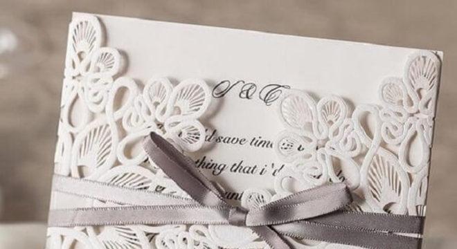 Bodas de prata convite com acabamento de toalha de bandeja para docinhos e fita na cor prata