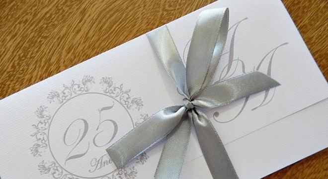 Bodas de prata convite com lacinho prateado