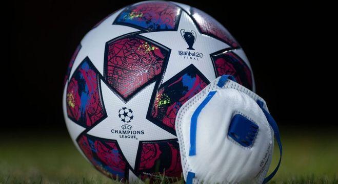 De máscara, a bola da Champions, que estava programada para Liverpool