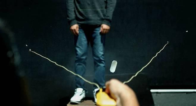 O BolaWrap pode envolver o tronco ou as pernas de uma pessoa a até sete metros de distância, diz a fabricante