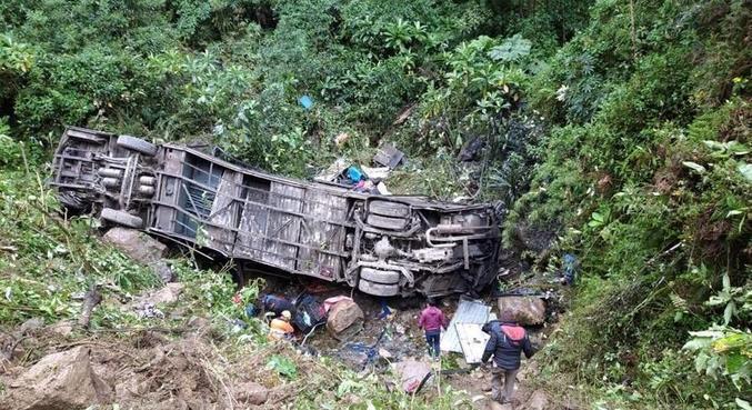 O ônibus despencou em um barranco de 150 metros perto de Cochabamba