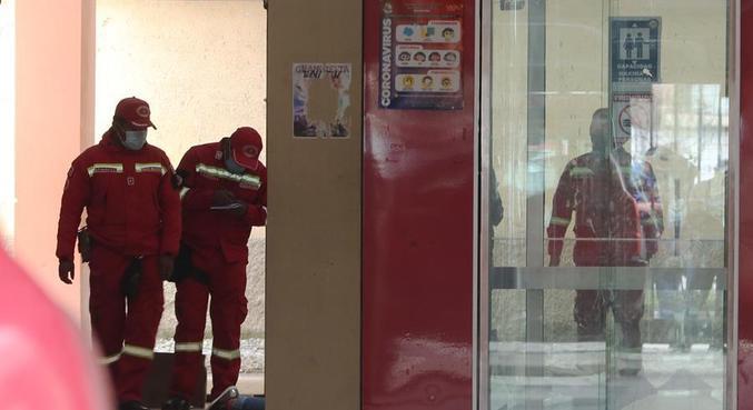 Bombeiros inspecionam o local do acidente, na Universidade Pública de El Alto
