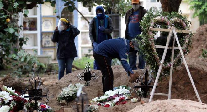 Antes da pandemia, cemitério tinha apenas gavetas. Agora, falta espaço