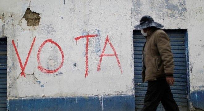 Bolivianos voltam às urnas para escolher o próximo presidente neste domingo