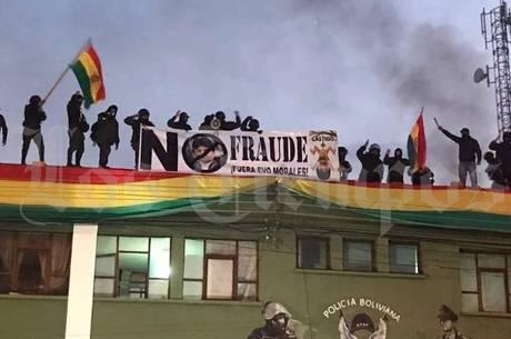 Policiais protestam contra presidente na Bolívia