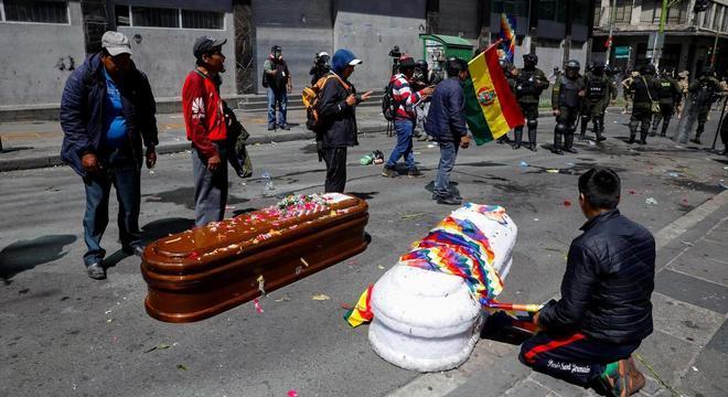 Polícia boliviana reprime passeata com caixões de mortos em operação em Senkata
