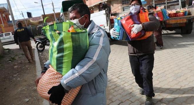 Em quarentena, moradores de El Alto recebem cestas básicas