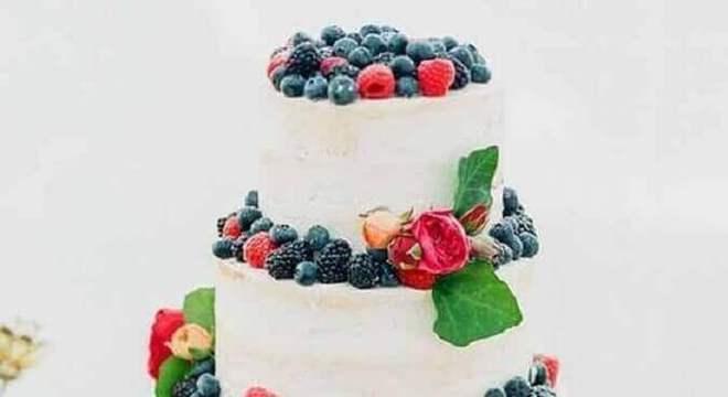 bolo de casamento 3 andares decorado com frutas vermelhas