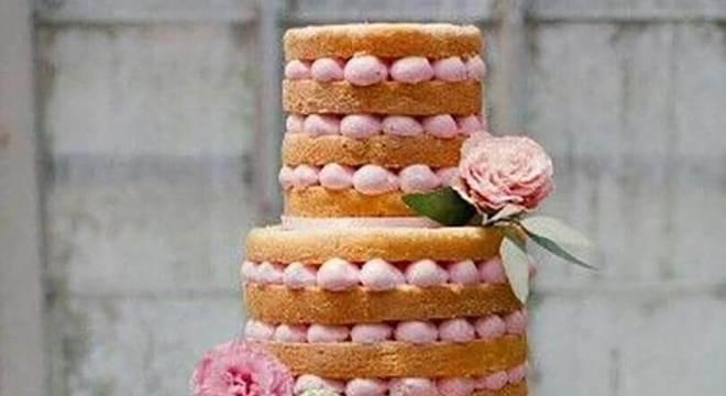 bolo de casamento 3 andares decorado com rosa
