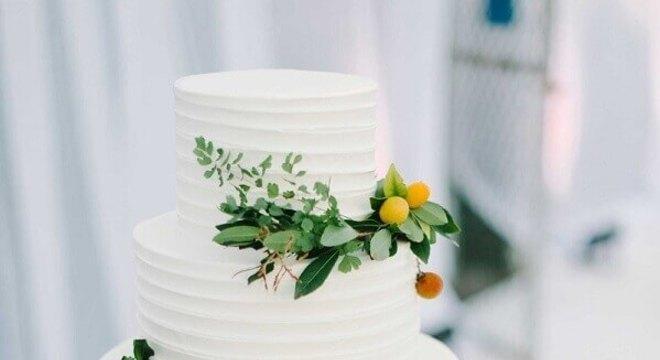bolo de casamento 3 andares todo branco decorado com flores