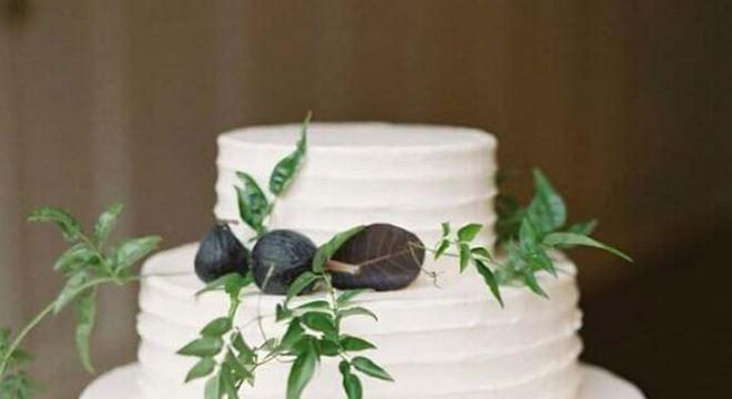 bolo de casamento 3 andares todo branco decorado com folhas