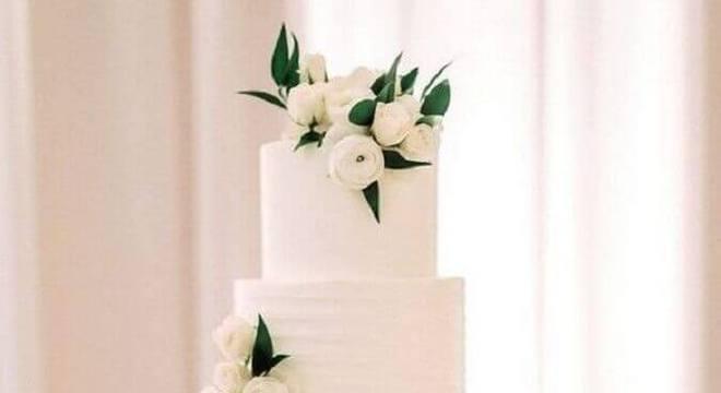 bolo de casamento branco 4 andares decorado com flores brancas