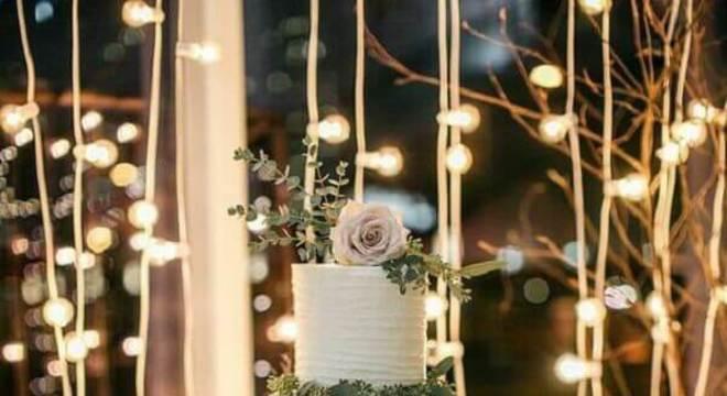 bolo de casamento branco decorado com folhagens